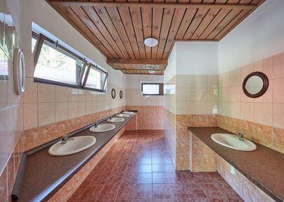 sociální zařízení se sprchami, teplou vodou / ubytování autokemp Bučnice