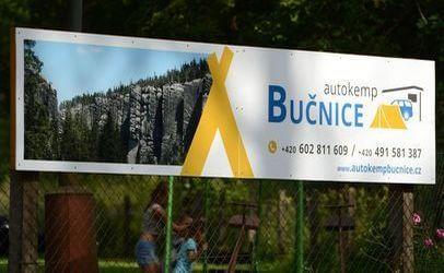 Jakmile uvidíte tuto ceduli, přibrzděte. Autokemp Bučnice u Adršpachu vás vítá.