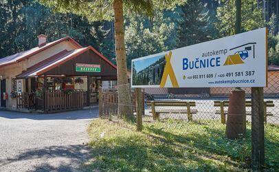 Autokemp Bučnice je hned u vchodu do skalního města Teplických skal. Kemp leží v srdci Adršpašských a Teplických skal.