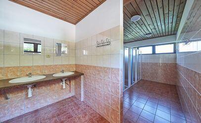 Koupelna v autokempu Bučnice u Adršpachu. Kemp leží v srdci Adršpašských a Teplických skal.