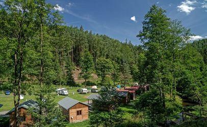 Léto je tu parádní, v autokempu mezi Adršpašskými a Teplickými skalami.