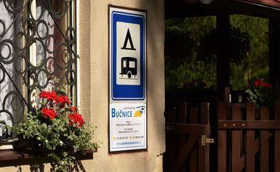 Máte karavan? V autokempu Bučnice u Adršpachu najdete dostatek místa pro jeho zaparkování.