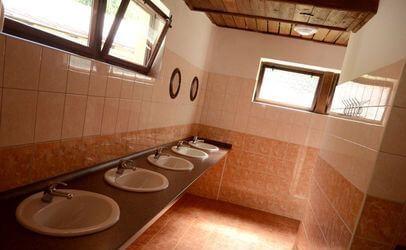 V koupelnách udržujeme pořádek a čistotu. Autokempu Bučnice u Adršpachu leží v srdci Adršpašských a Teplických skal.