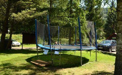 Pro děti máme například v kempu Bučnice trampolínu a houpačky